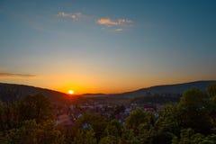 Paisaje hermoso de la salida del sol sobre pequeña ciudad en montañas del bosque Rumania, Sighisoara - 2016 Foto de archivo libre de regalías
