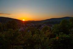 Paisaje hermoso de la salida del sol sobre pequeña ciudad en montañas del bosque Rumania, Sighisoara - 2016 Fotos de archivo