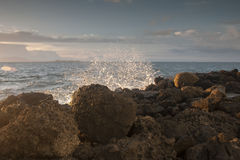 Piedras del golpe de las ondas en la playa Imagen de archivo libre de regalías