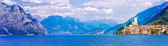 Paisaje hermoso de Lago di Garda con la vista de la ciudad de Malcesine Fotografía de archivo libre de regalías