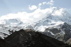 Paisaje hermoso de las montañas rocosas y nevosas en el campo fotos de archivo