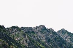 Paisaje hermoso de las montañas rocosas y nevosas en el campo foto de archivo