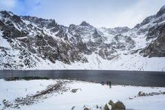 Paisaje hermoso de las montañas de Tatra en la charca negra Foto de archivo libre de regalías