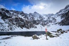 Paisaje hermoso de las montañas de Tatra en la charca negra Imagen de archivo libre de regalías