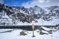 Paisaje hermoso de las montañas de Tatra en la charca negra Imagen de archivo