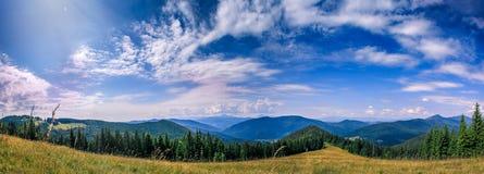 Paisaje hermoso de las montañas y cielo nublado Fotografía de archivo libre de regalías