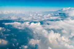Paisaje hermoso de las nubes de la tierra con horizonte azul Imagen de archivo libre de regalías