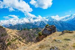 Paisaje hermoso de montañas con las nubes y el cielo azul, Russi Fotografía de archivo