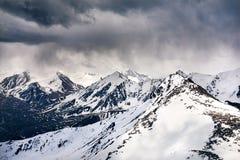 Paisaje hermoso de montañas nevosas imágenes de archivo libres de regalías