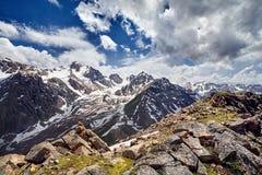 Paisaje hermoso de montañas nevosas foto de archivo libre de regalías
