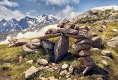 Paisaje hermoso de montañas nevosas fotos de archivo
