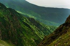 Paisaje hermoso de montañas rumanas Negoiu Porumbacu de Sus Cabaña Negoiu Sibiu Día de fiesta i de Forest Amazing fotos de archivo