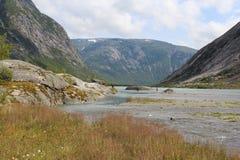 Paisaje hermoso de Noruega Montañas y lago imagen de archivo