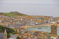 Paisaje hermoso de St Ives Cornwall con los edificios, la playa y las colinas fotos de archivo libres de regalías