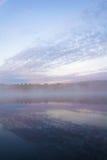 Paisaje hermoso de un barco nubes y lago tranquilo Niebla y co Foto de archivo