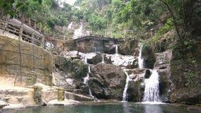 Paisaje hermoso del barranco y de la cascada alrededor de la reserva de naturaleza nacional de la monta?a de Dinghu metrajes