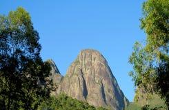 Paisaje hermoso del bosque verde y de la roca lisa Foto de archivo