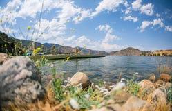 Paisaje hermoso del campo de un lago tranquilo con un tiro del muelle Imágenes de archivo libres de regalías