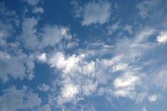 Paisaje hermoso del cielo con las nubes blancas altas en la estratosfera en una opinión horizontal del día soleado imágenes de archivo libres de regalías