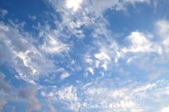 Paisaje hermoso del cielo con las nubes blancas altas en la estratosfera en una opinión horizontal del día soleado foto de archivo libre de regalías