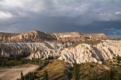 paisaje hermoso del desierto rocoso de la piedra arenisca en valle color de rosa en cappadocia en cielo tempestuoso Fotografía de archivo