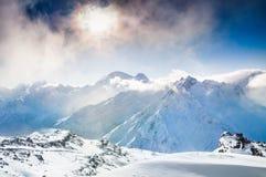 Paisaje hermoso del invierno con las montañas nevadas en la puesta del sol Imágenes de archivo libres de regalías