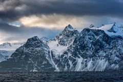 Paisaje hermoso del invierno con las montañas y el mar fotografía de archivo libre de regalías
