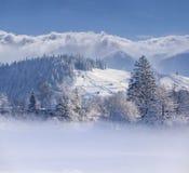 Paisaje hermoso del invierno en el pueblo de montaña Foto de archivo libre de regalías