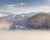 Paisaje hermoso del invierno en el pueblo de montaña. Fotos de archivo libres de regalías
