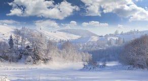 Paisaje hermoso del invierno en el pueblo de montaña. Foto de archivo libre de regalías