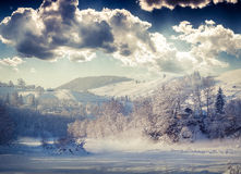 Paisaje hermoso del invierno en el pueblo de montaña Imagen de archivo libre de regalías