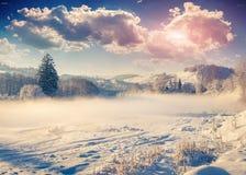 Paisaje hermoso del invierno en el pueblo de montaña Foto de archivo