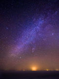 Paisaje hermoso del invierno en la noche con la vía láctea y las estrellas Imagen de archivo libre de regalías