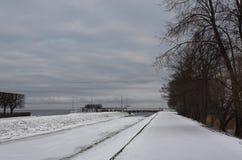 Paisaje hermoso del invierno en la orilla del golfo finlandés en P imagen de archivo