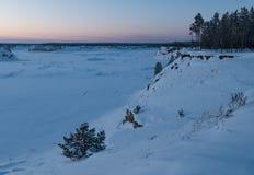 Paisaje hermoso del invierno en la puesta del sol o la salida del sol imagenes de archivo