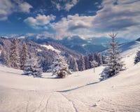 Paisaje hermoso del invierno en las montañas Fotos de archivo
