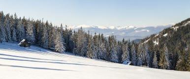 Paisaje hermoso del invierno en las montañas con la trayectoria de la nieve en el st Fotografía de archivo libre de regalías