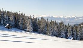 Paisaje hermoso del invierno en las montañas con la trayectoria de la nieve en el st Imagen de archivo libre de regalías