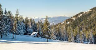 Paisaje hermoso del invierno en las montañas con la trayectoria de la nieve en el st Imágenes de archivo libres de regalías