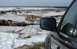 Paisaje hermoso del invierno y espejo del automóvil Imagen de archivo libre de regalías