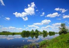 Paisaje hermoso del lago del verano fotos de archivo