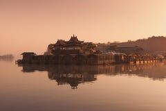 Paisaje hermoso del lago en la salida del sol Foto de archivo libre de regalías