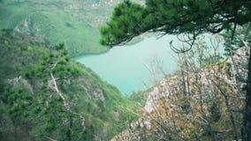 Paisaje hermoso del lago tirado de las alturas almacen de metraje de vídeo