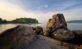 Paisaje hermoso del mar con las rocas, el barco y la isla Foto de archivo