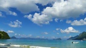 Paisaje hermoso del mar contra el cielo nublado azul en el EL Nido, Palawan, Filipinas almacen de metraje de vídeo