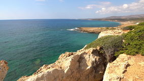 Paisaje hermoso del mar de la isla de Chipre con una orilla rocosa metrajes