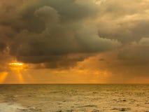 Paisaje hermoso del mar durante puesta del sol imagen de archivo