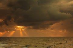 Paisaje hermoso del mar durante puesta del sol foto de archivo libre de regalías