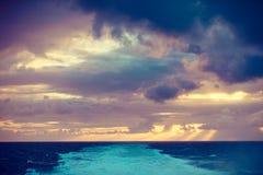 Paisaje hermoso del mar durante puesta del sol imagenes de archivo