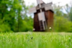 Paisaje hermoso del molino de viento en Polonia foto de archivo